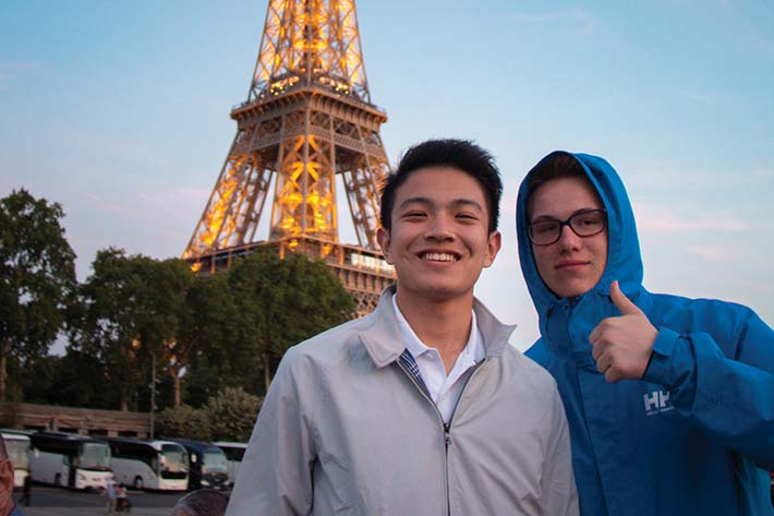 Students posing in front of the Eiffel Tower
